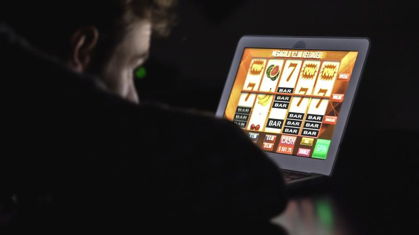 лудоманы продолжает играть в казино, проигрывая деньги